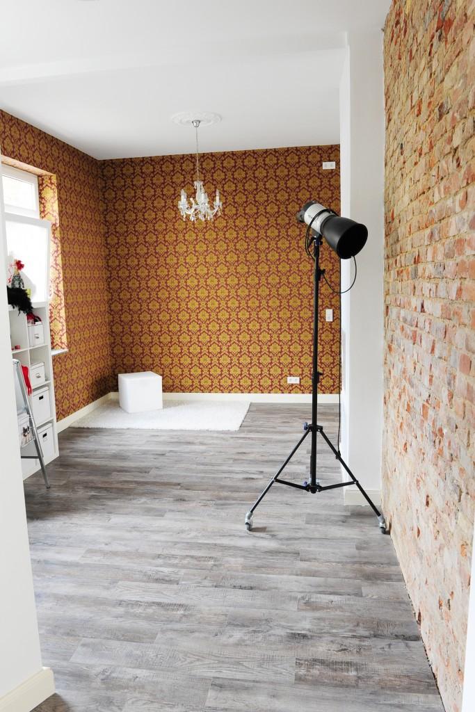 Rote Baraocktapete und Ziegelsteinmauer im Fotostudio in Hannover für edle Aktfotografie und ästhetische Erotikfotografie