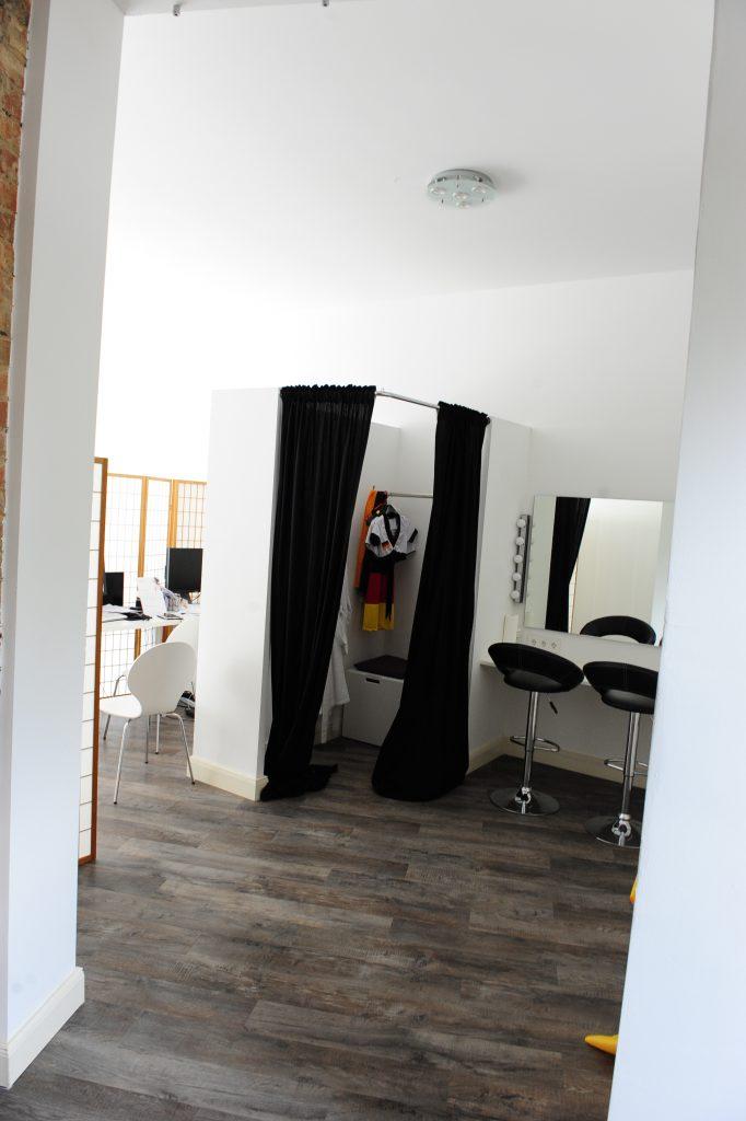 Stylingbereich und Umkleide im Fotoatelier Hannover
