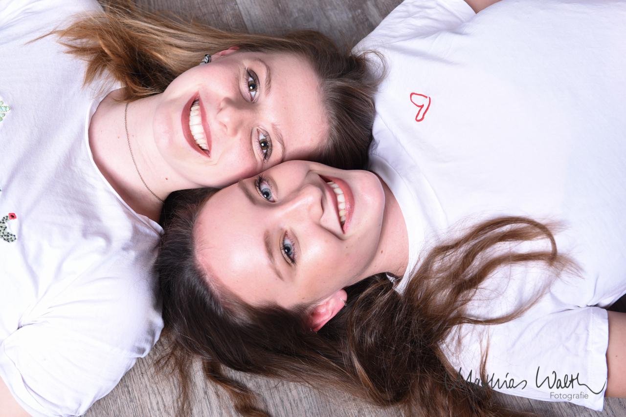 Freundinnen Fotoshooting – in weißem T-shirt mit Herz