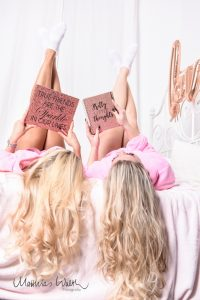 Freundinnenshooting Lesen auf Bett2